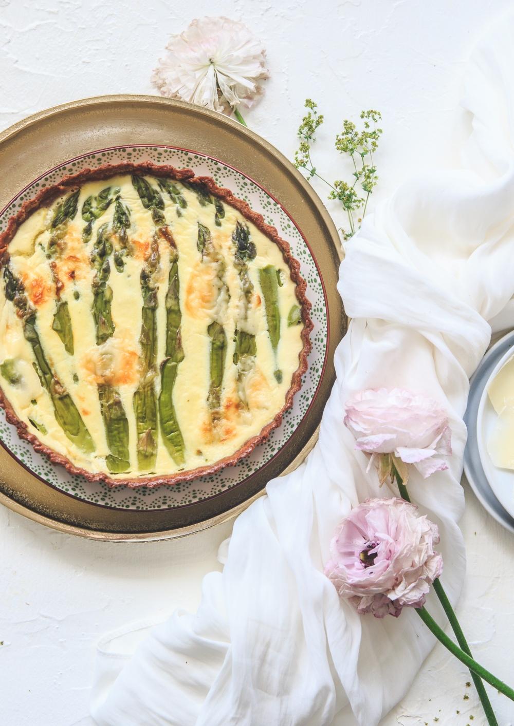 Celozrnný chřestový koláč s parmezánem v těstě i náplni