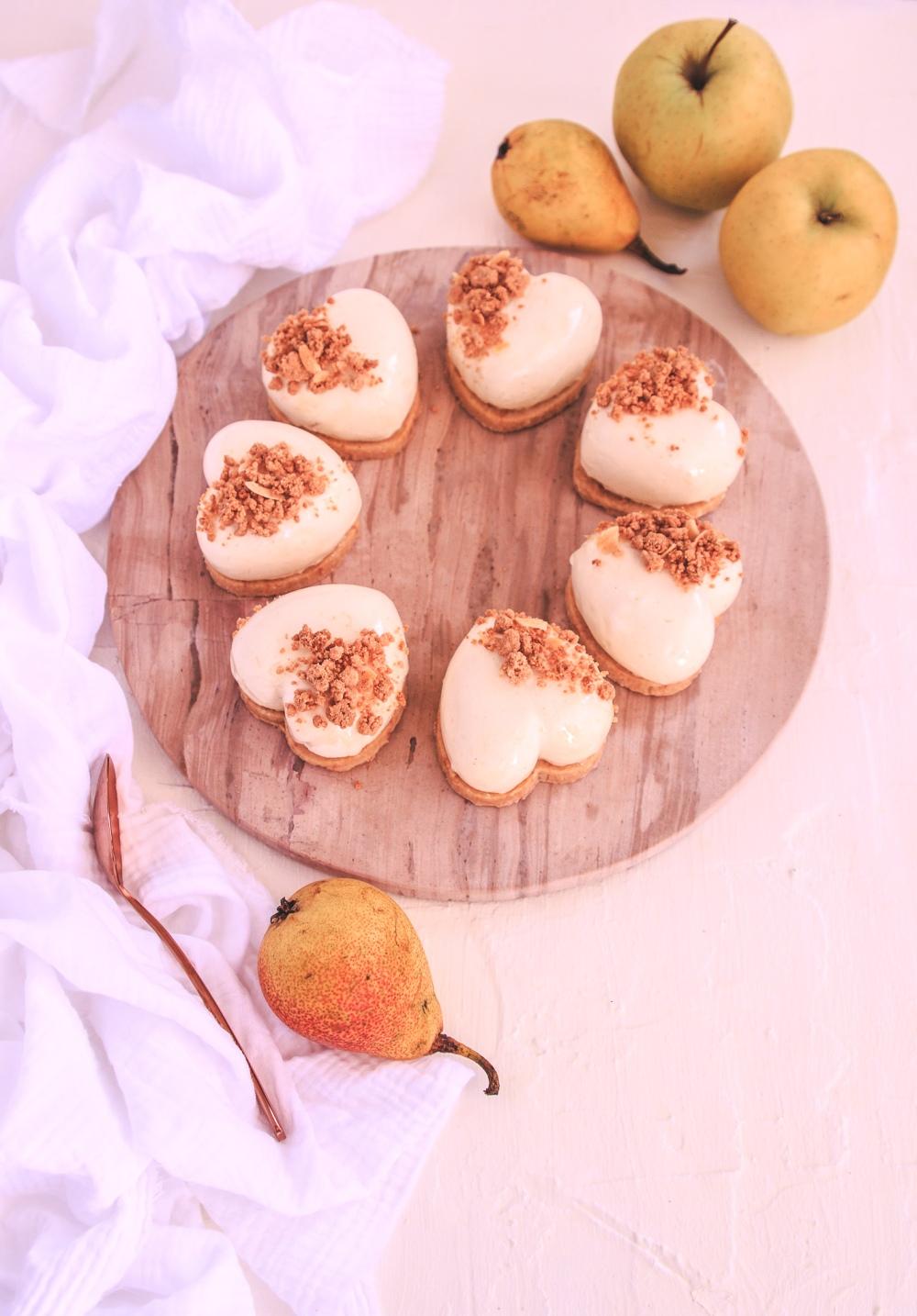 Dortíky s pěnou z bílé čokolády plněné zkaramelizovaným jablkem, kouskem korpusu a podložené sušenkou
