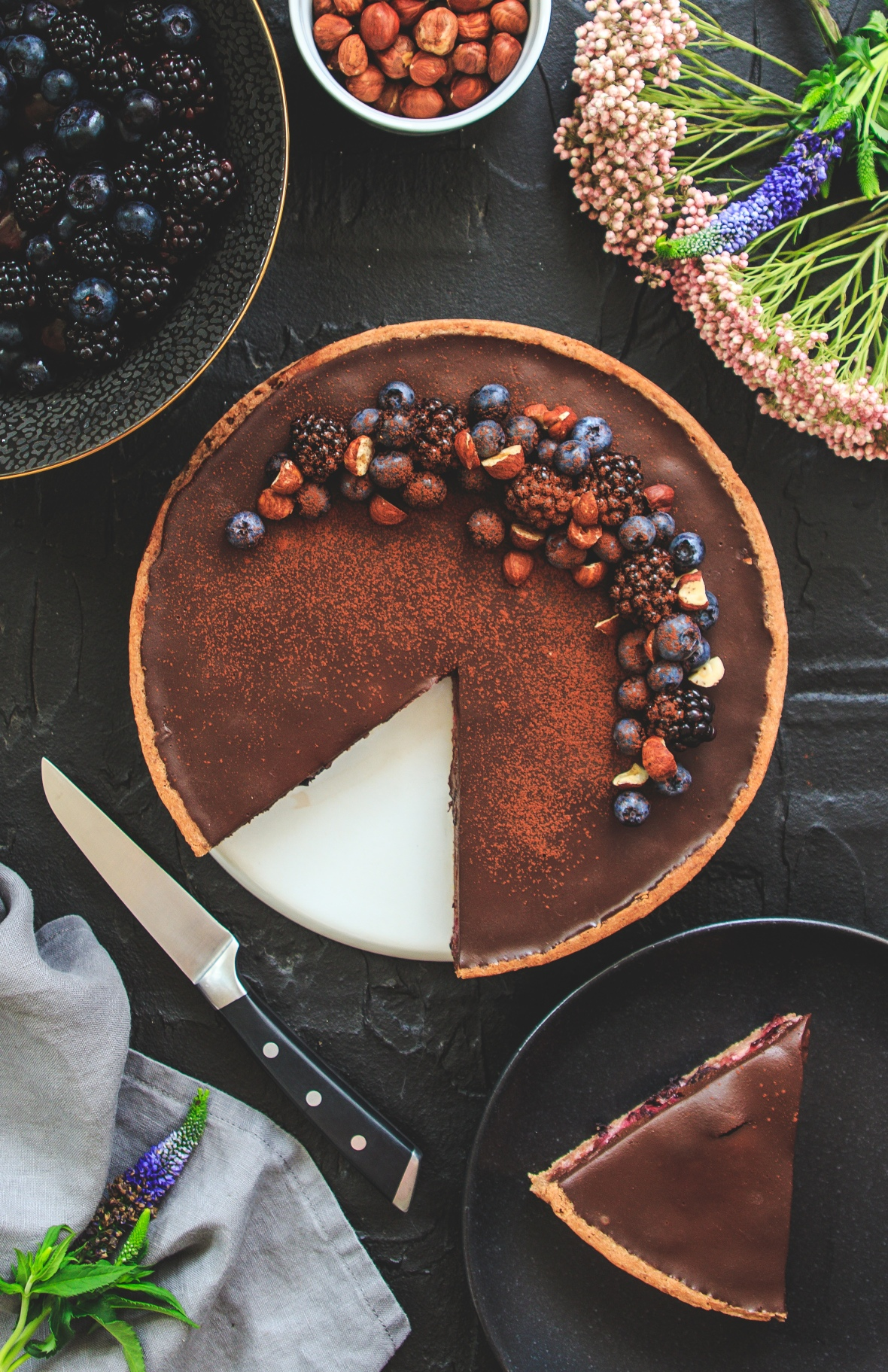 Čokoládový koláč s ostružinami a borůvkami