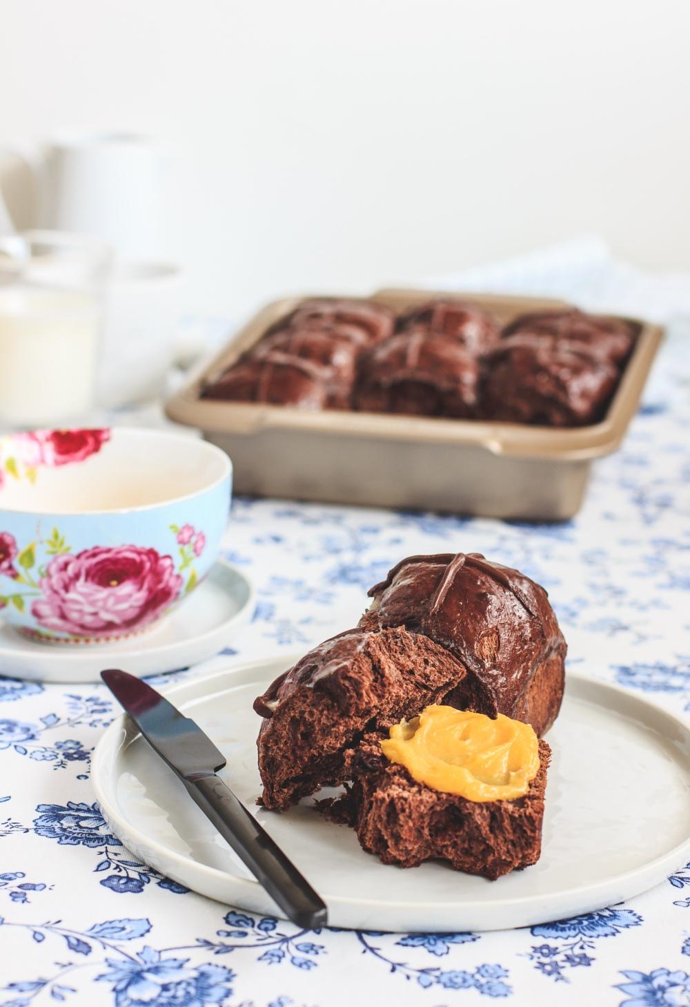 Čokoládové hot cross buns, velikonoční kynuté pečivo původem z Velké Británie.