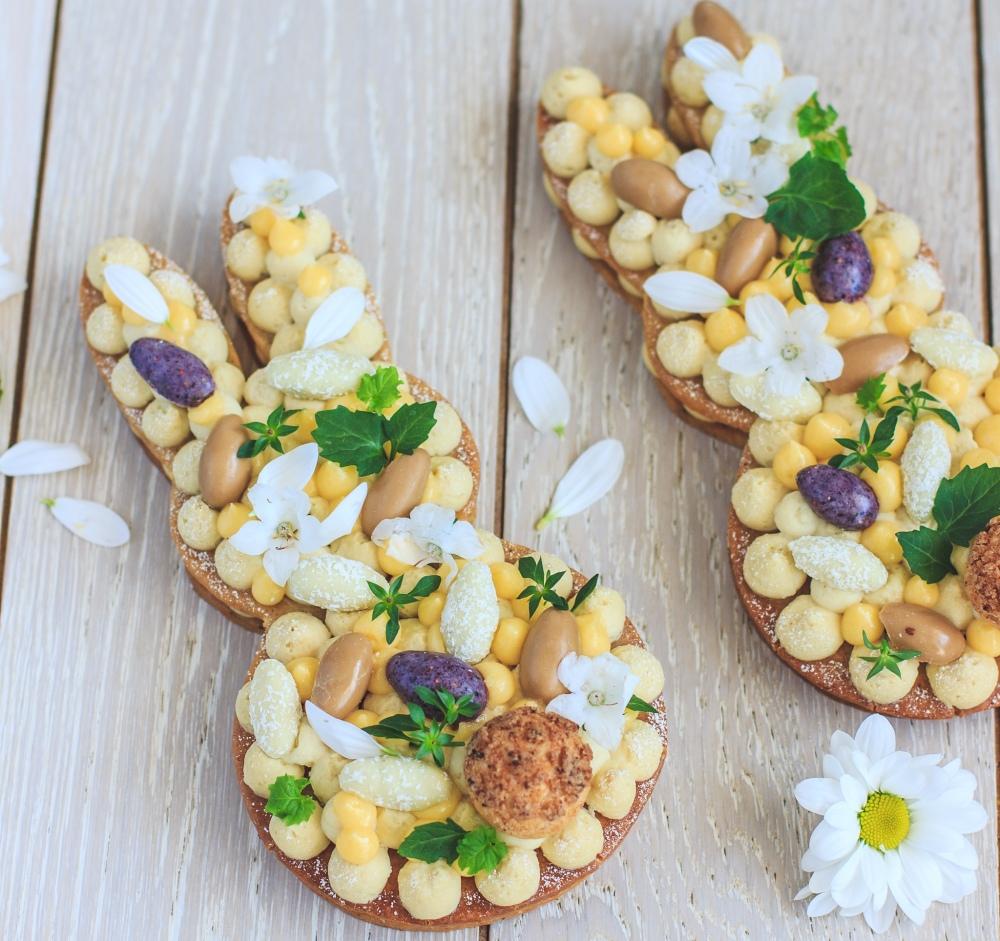Velikonoční zajíc. Oříšková sušenka plněná šlehačkovým krémem s mascarpone ochucená kardamomem, nahoře lemon curd