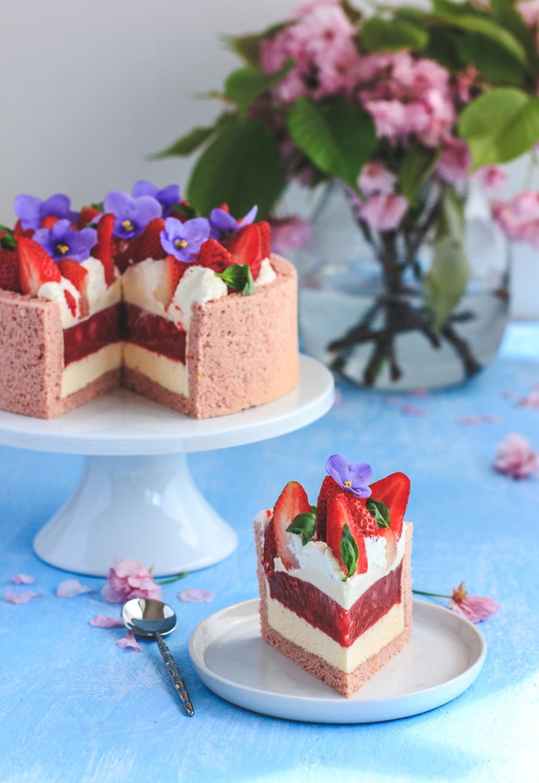 Recept na piškotovou šarlotu plněnou jahodovým konfitem a vanilkovým krémem.