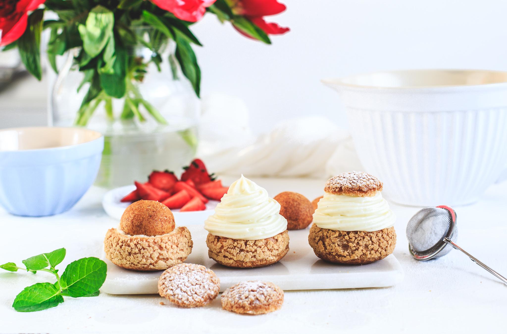 Jahodové choux s lehkým vanilkovým krémem a rebarborovým konfitem