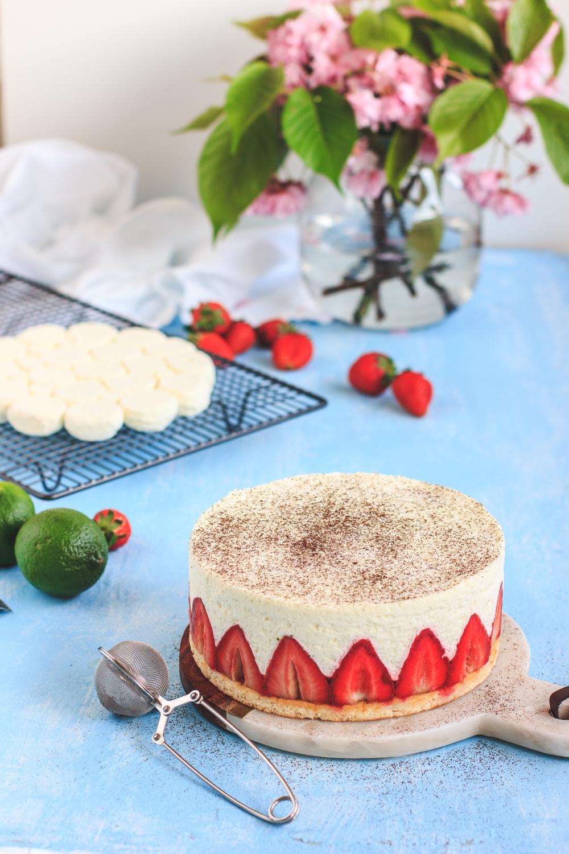 Fraisier, jahodový dort na lžícovém piškotu plněný lehkou šlehanou ganache