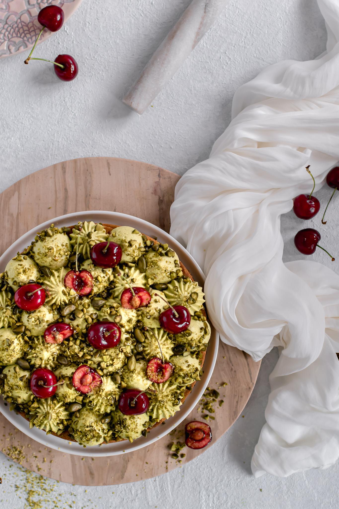 Jednoduchý letní koláč: Korpus Sablé Breton, třešňový konfit a šlehaná pistáciová ganache