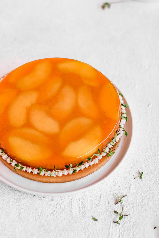 Broskvový koláč s verbenou: křehké těsto, broskvové želé, krém Diplomat s verbenou, průhledná poleva