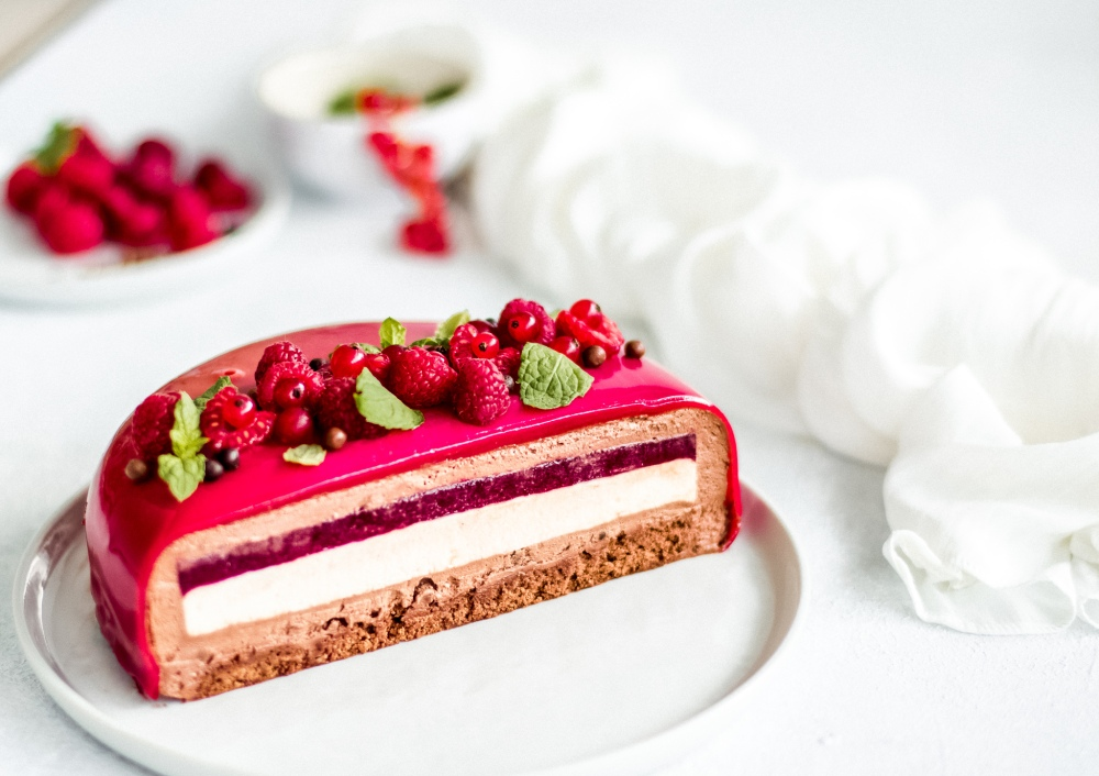 Čokoládovo-malinový entremet: dacquoise, malinový coulis, vanilkový krém, čokoládovo-malinová pěna, zrcadlová poleva